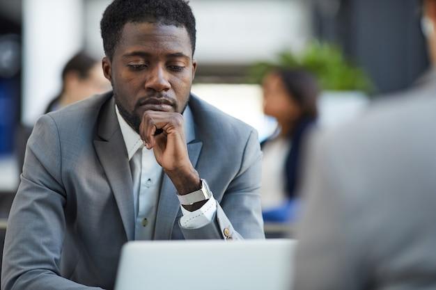 Informe de examen de empresario pensativo