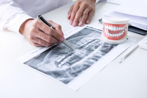 Informe de redacción de un médico o dentista que trabaja con una radiografía dental