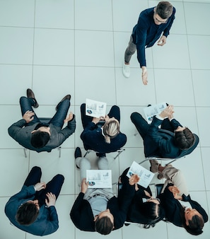 Informe de resultados del equipo empresarial en una reunión de trabajo