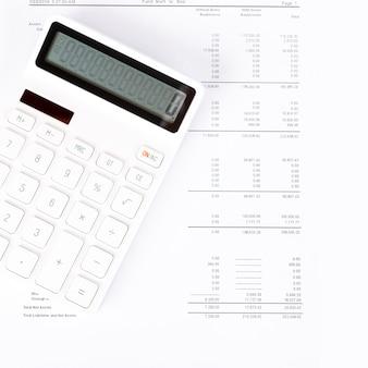 Informe de resumen de análisis de inicio de negocio y uso de una calculadora para calcular los números.