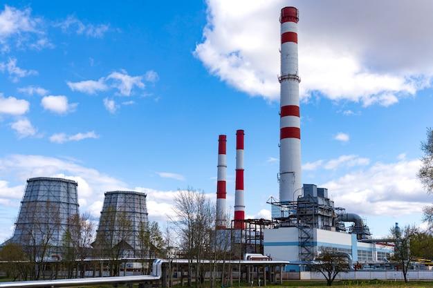 Infraestructura de planta química con el cielo azul de fondo