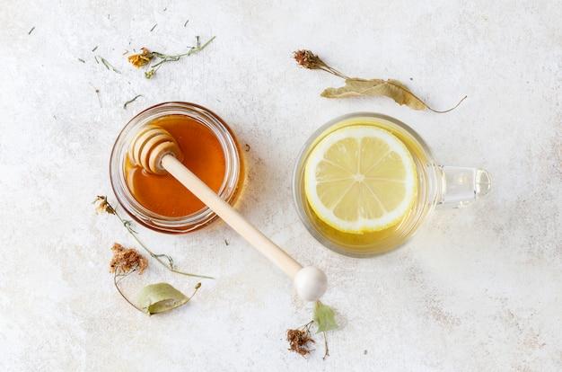 Infusión de manzanilla con miel y limón.