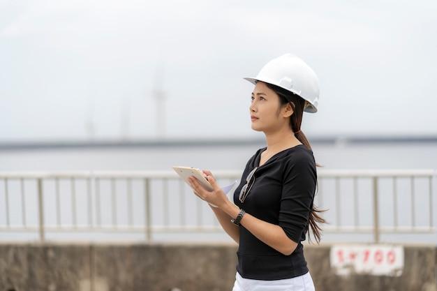 Ingeniera asiática comprueba trabajo