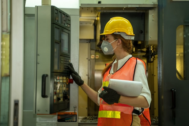 Ingeniera con máscara protectora para proteger contra covid-19 en la fábrica