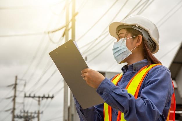 Ingeniera que trabaja en el sitio de verificación de servicio del sistema de electricidad