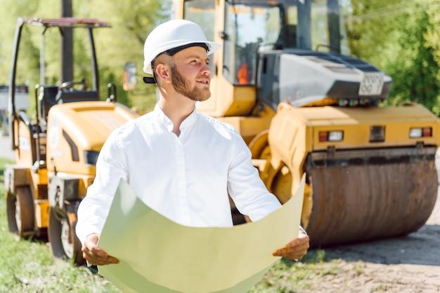 Ingeniería civil, construcción de carreteras. el concepto de construir una nueva carretera asfaltada. reparación de carreteras. trabajador de servicio de carretera cerca de la pista.