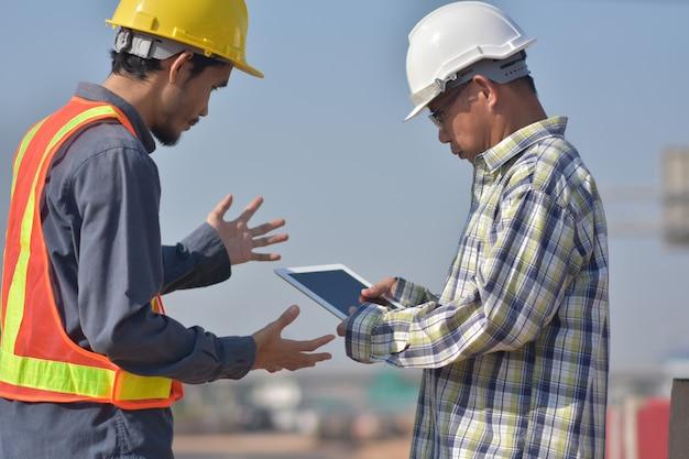 Ingeniería de construcción uso tableta blanca aplicación trabajo edificio finca arquitectura