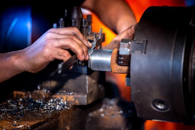 Ingeniería industrial, usar ropa de seguridad, usar calibradores a vernier, instrumentos de medición, controlar objetos que trabajan en plantas industriales, tiendas, tornos