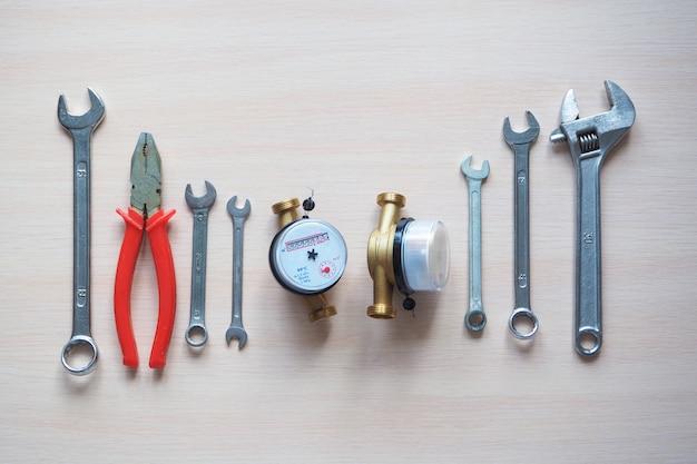 Ingeniería sanitaria. contadores de agua y herramientas para fontanería.