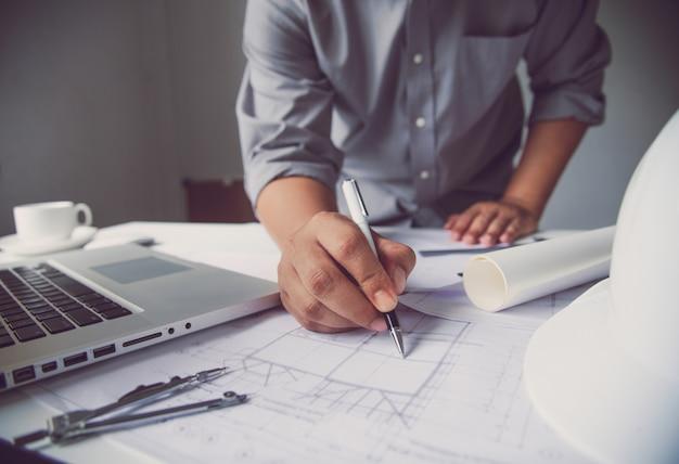 Ingeniería está trabajando en el diseño, construcción en la mesa de trabajo con equipo de trabajo.