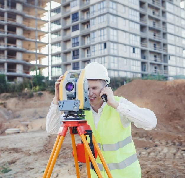 Ingeniero agrimensor realiza una medición