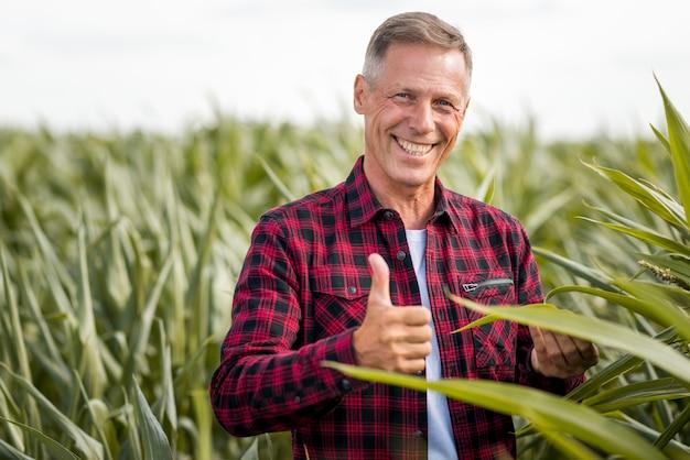 Ingeniero agrónomo mostrando pulgar arriba vista media