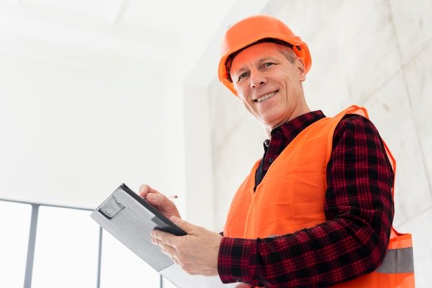 Ingeniero de ángulo bajo con portapapeles