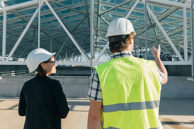 Ingeniero y arquitecto en una obra de construcción.