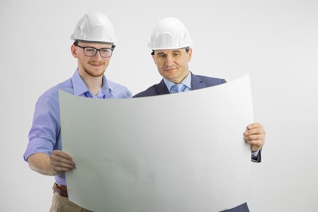 Ingeniero y arquitecto satisfecho trabajando en ingeniería y concepto de arquitectura