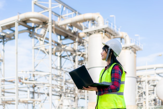 Ingeniero asiático comprobando planes de construcción