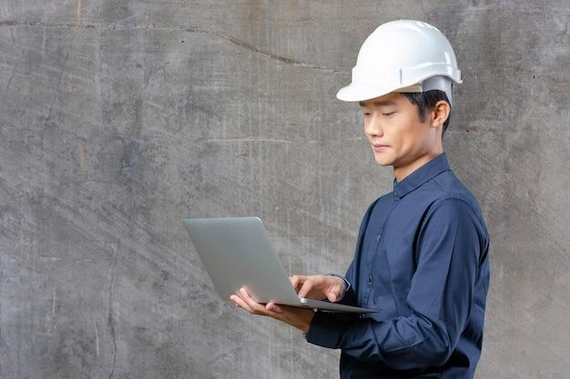 Ingeniero asiático hombre con laptop