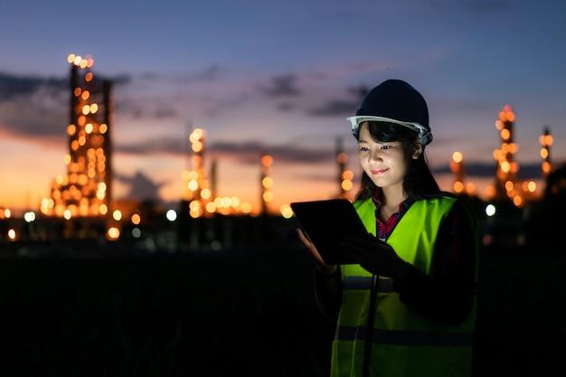Ingeniero asiático trabajando de noche con una tableta digital