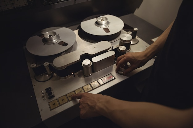 Ingeniero de audio con grabadora de pistas
