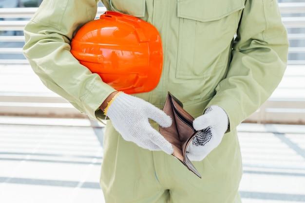 Ingeniero bien vestido con billetera vacía-se rompió.