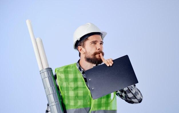 Ingeniero en casco blanco planos profesionales de la construcción de trabajo