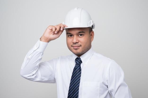 Ingeniero civil asiático guapo joven con un casco