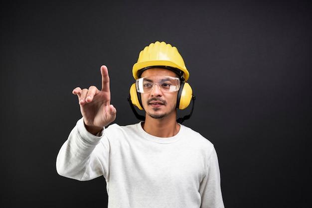 Ingeniero civil con gafas de seguridad y casco.