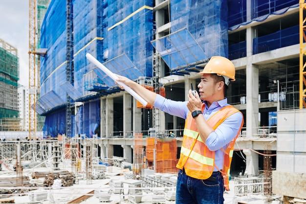 Ingeniero civil serio que gestiona el proceso de construcción.