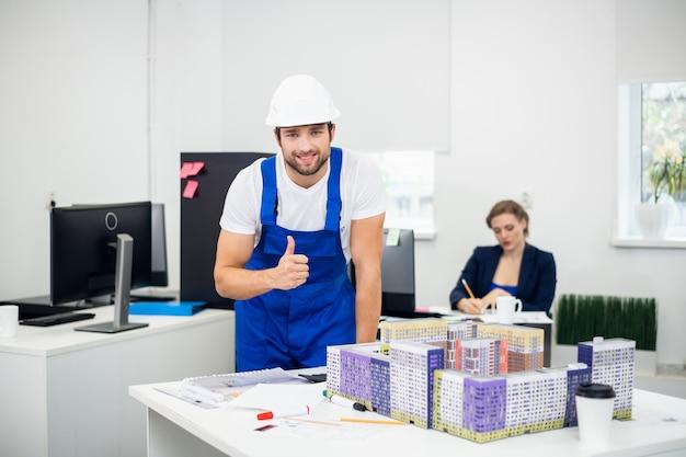 Ingeniero de construcción en un casco blanco trabajando en un nuevo proyecto