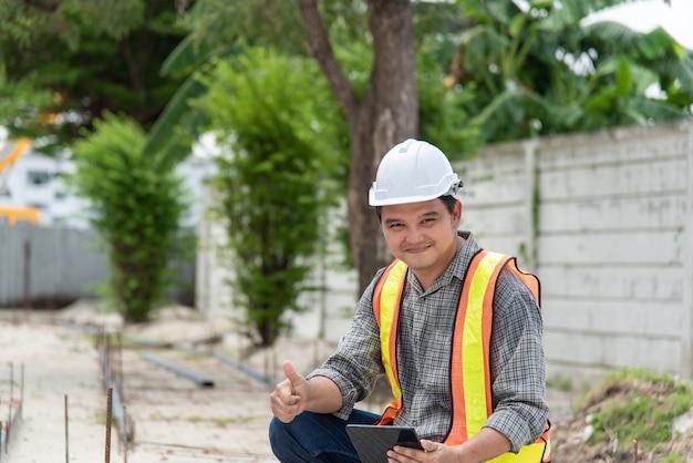 Ingeniero de construcción civil hombre asiático