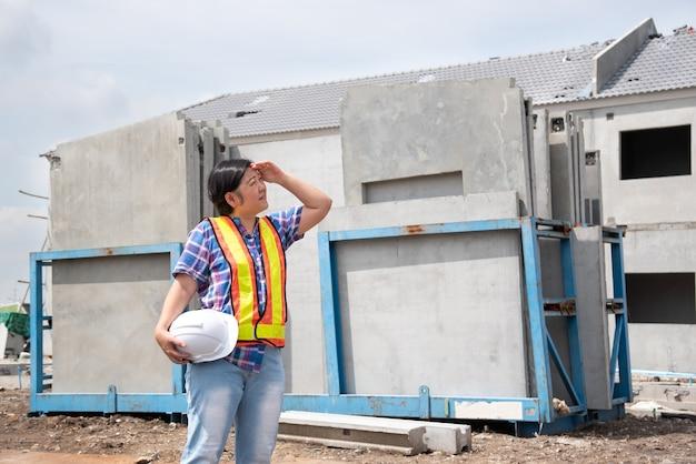 Ingeniero de construcción civil mujer asiática