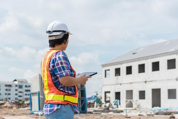 Ingeniero de construcción mujer en sitio de construcción