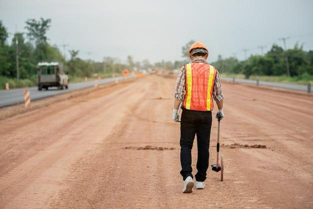Ingeniero de construcción supervisando el trabajo en el sitio de construcción