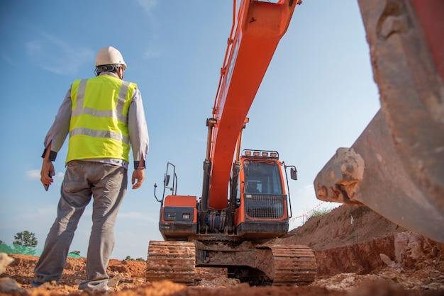 Ingeniero de construcción usar equipo de protección personal puesto en el sitio de construcción