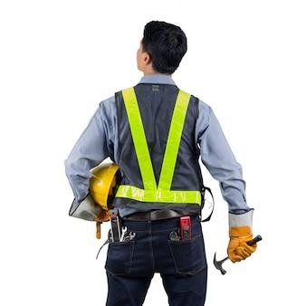 Ingeniero detrás con herramienta de sobrecarga
