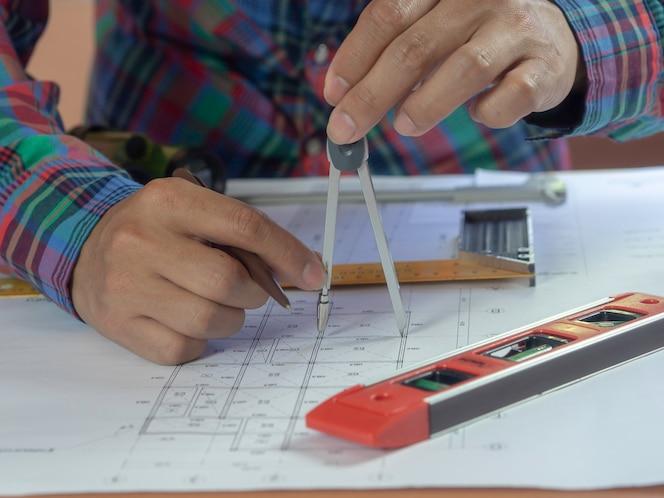 Ingeniero dibujando el proyecto de construcción
