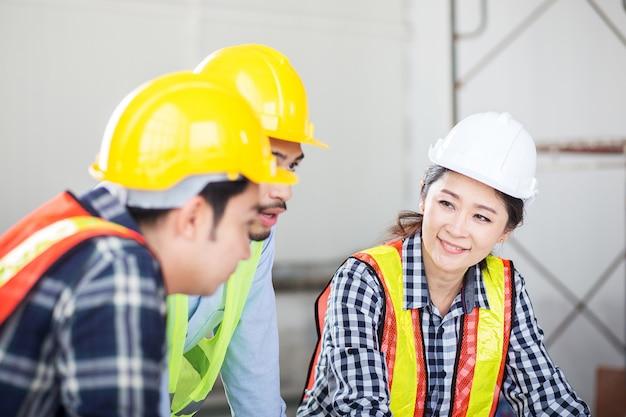 El ingeniero discute en la reunión en el trabajo del sitio en el edificio de construcción
