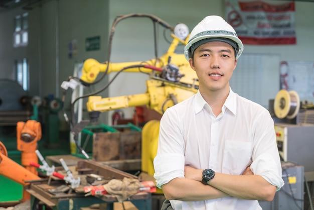 Ingeniero electricista trabajando con una máquina robot.