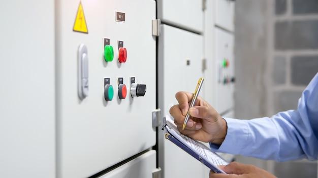 Ingeniero eléctrico comprobando la unidad de tratamiento de aire