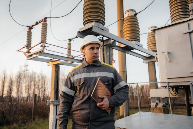 El ingeniero energético inspecciona los equipos de la subestación. ingeniería de la energía. industria