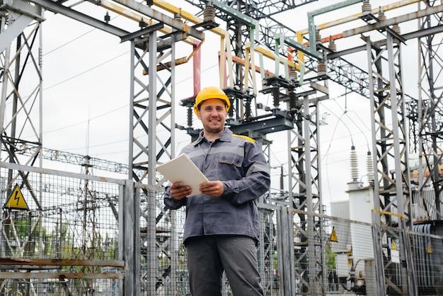 El ingeniero energético inspecciona los equipos de la subestación. ingeniería de la energía. industria.