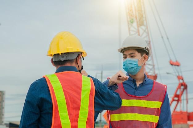 Ingeniero de equipo hacer trabajo en la construcción del sitio, trabajo en equipo de arquitectura