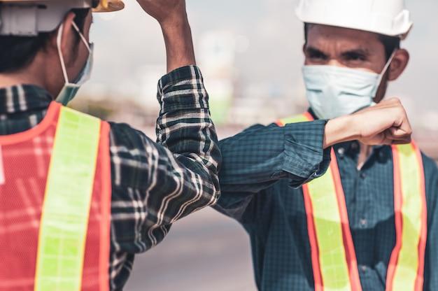 Ingeniero estrechar la mano nuevo distanciamiento social normal