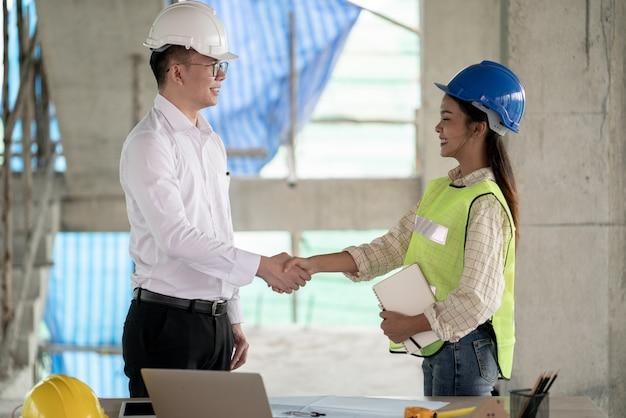 Ingeniero gerente de proyecto trabajando en el sitio de construcción con colegas