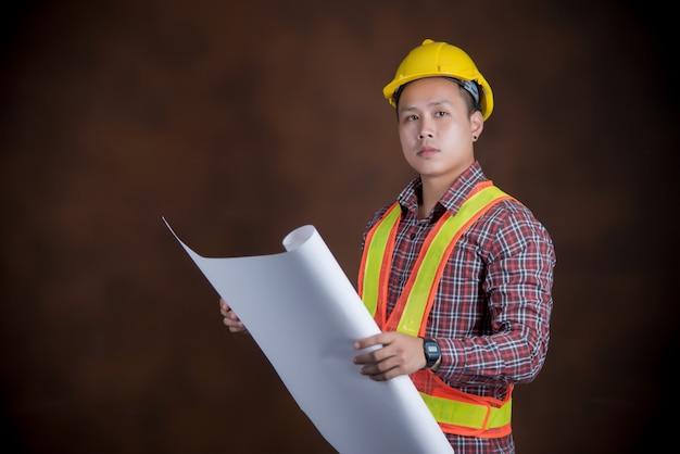 Ingeniero hombre, concepto trabajador de la construcción, estampado azul