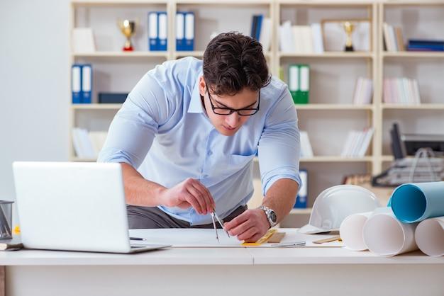 Ingeniero hombre trabajando en dibujos y planos