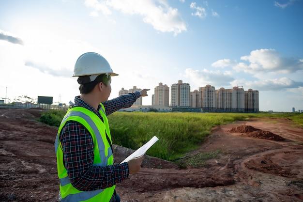 Ingeniero hombre trabajando o comprobando en el sitio de construcción