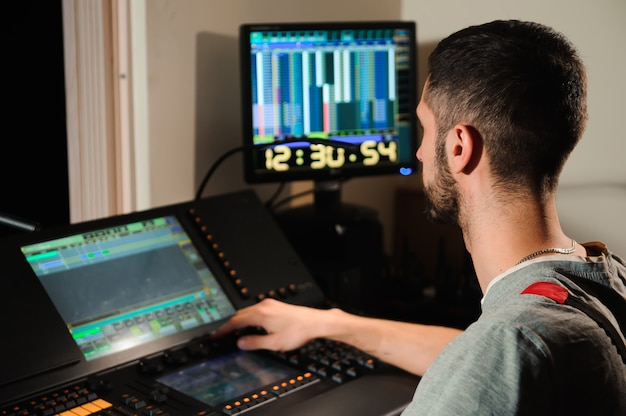 Un ingeniero de iluminación trabaja con técnicos de luces de control.