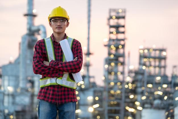 Ingeniero de la industria de refinería usando epp en el sitio de construcción de la refinería