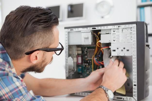 Ingeniero informático trabajando en consola rota